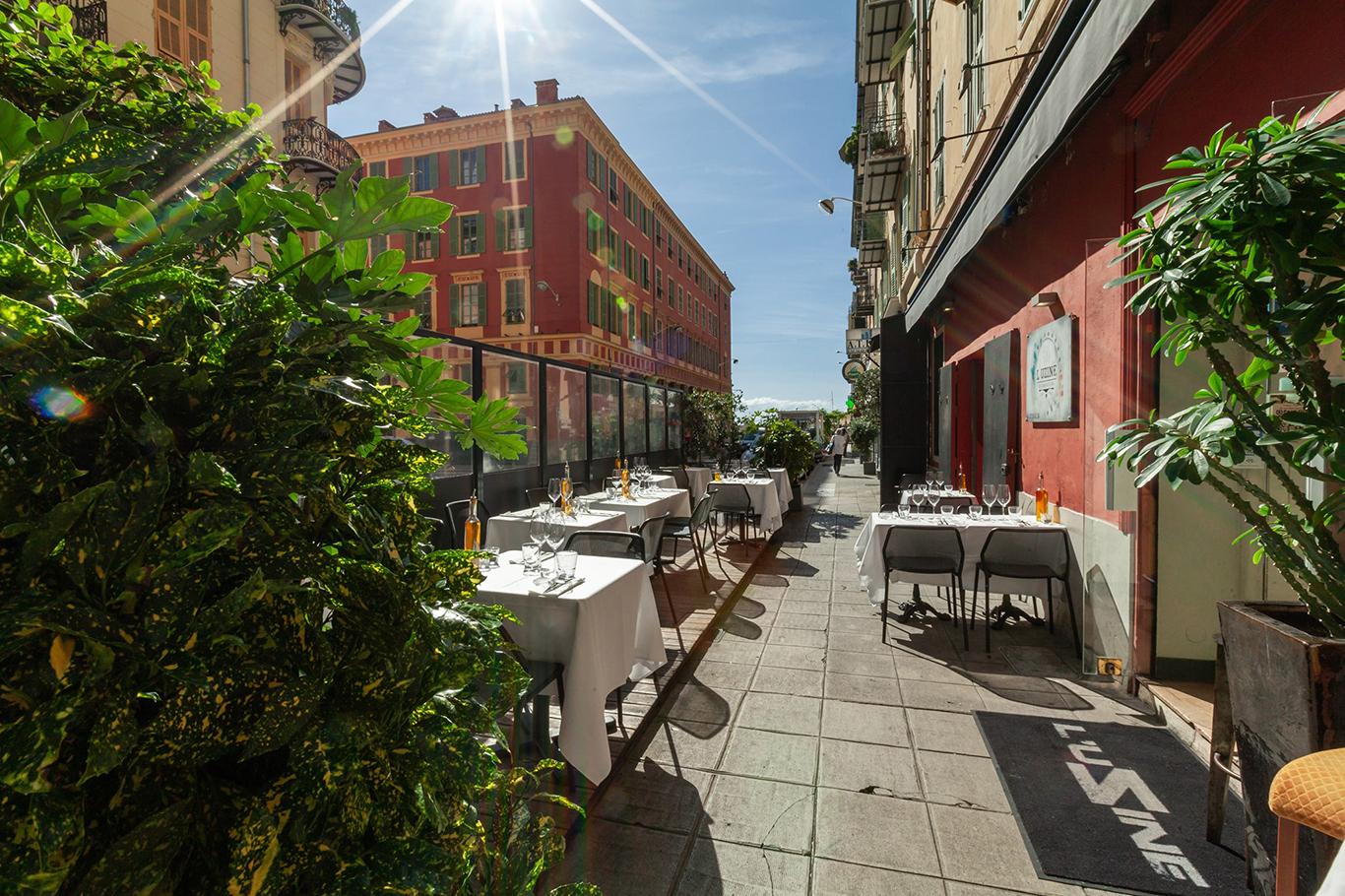 L'UZINE Restaurant idéalement situé entre le Port de Nice et la Place du Pin vous proposant une cuisine Italienne et locales. Live Music - Cocktail bar,Terrasse.